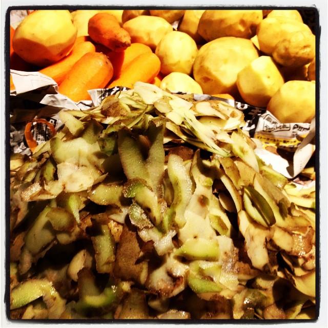 precook 先週に続き 今週末もイベントへ参戦^^ 100人前の野菜と格闘中で 皮が山盛りになって行く^^;