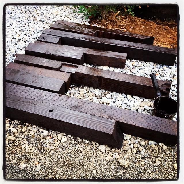 scrap wood 土留めフェンスの前に花壇を作るのですが その仕切りに 母屋を建てた時に出た廃材の梁を使おうと^^とりあえず防腐剤塗料を塗っている^^