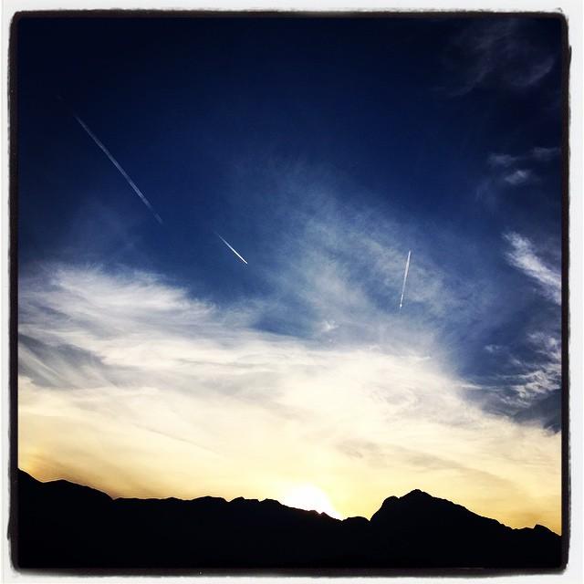 airplane track 甲斐駒へ向かって飛行機雲が何本も^^昨日とはうって変わって暖かな1日だったので 日が沈んでからの作業も快適だった^^ 今日は草刈りと基礎穴堀で終始しました^^;