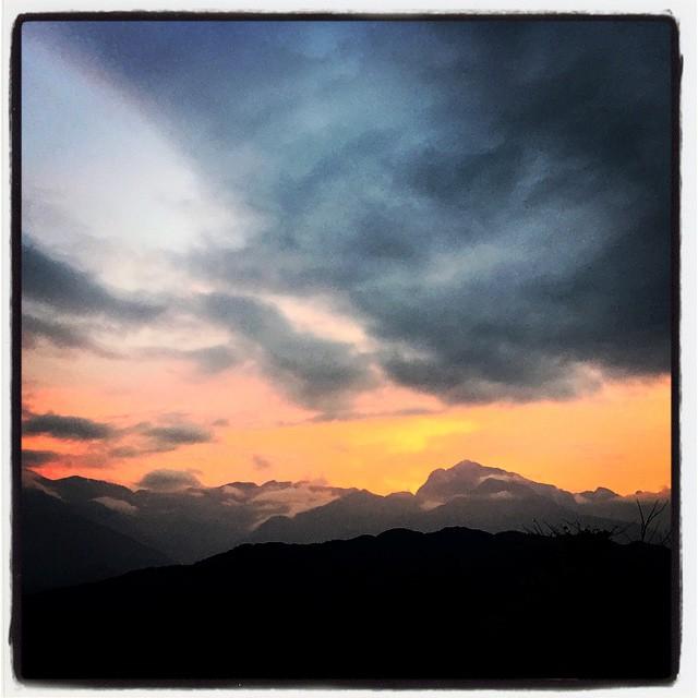 fiery sunset アルプスはどう見ても雪雲だった昼間^^;それでも夕焼けは綺麗に赤く染まってくれました^^ 今日からトイレ棟を着工開始^^トイレってどうやって作るんだろう・・どんなトイレにしよう・・などと考えながら 整地作業を始めました^^