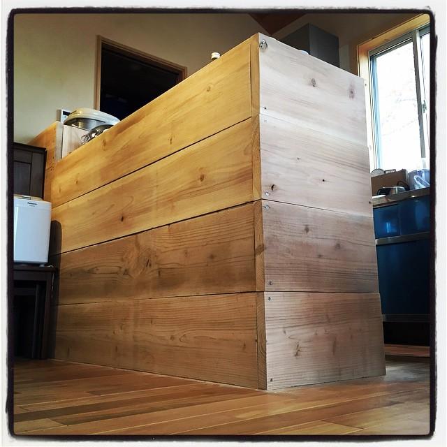 counter nagasaka*base 母屋のキッチンに足場材を使ってラフなカウンターを設置^^ カウンターの中は業務用の冷蔵庫・ゴールドテーブルがすっぽりと収まっています^^ まど仮止めなので 微調整して サンダーかけて 固定して・・そのうち出来るでしょう^^;