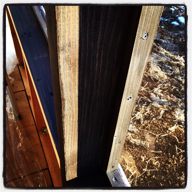 paint a window frame 開口部に組んだ窓枠部分に塗装^^外壁材や化粧板で隠れてしまう部分も 防腐の意味も兼ねて塗装^^ 見える部分は重ね塗りして仕上げます^^