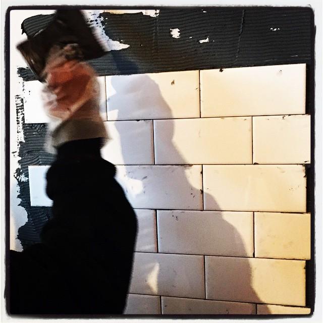 lay tiles nagasaka*base 中本のタイル貼りが始まった^^ 使っているのは サブウェイタイルと呼ばれているモノで NYの地下鉄で使われているのと同じタイプの^^ 出来上がったらどんな雰囲気になるのか楽しみです^^