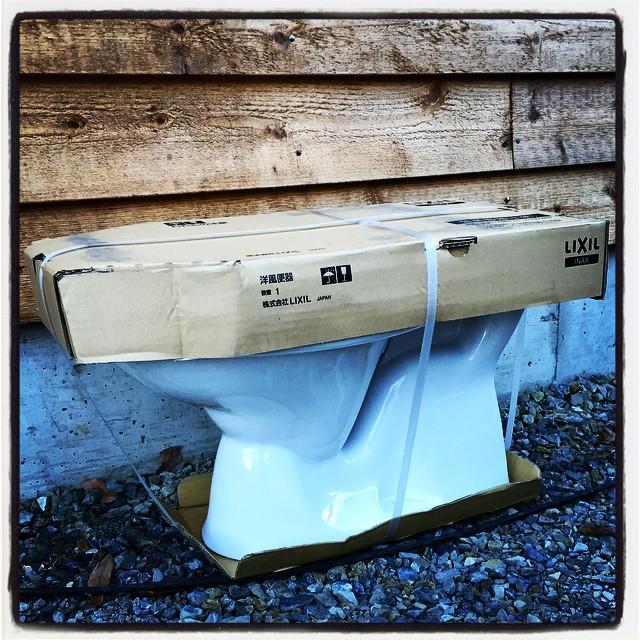 jerry 便器が届いた^^ トイレっていままで作ったことがないので 頭の中を整理して イメージのディテールをはっきりと^^ ・・・たぶんなんとかなるだろう^^