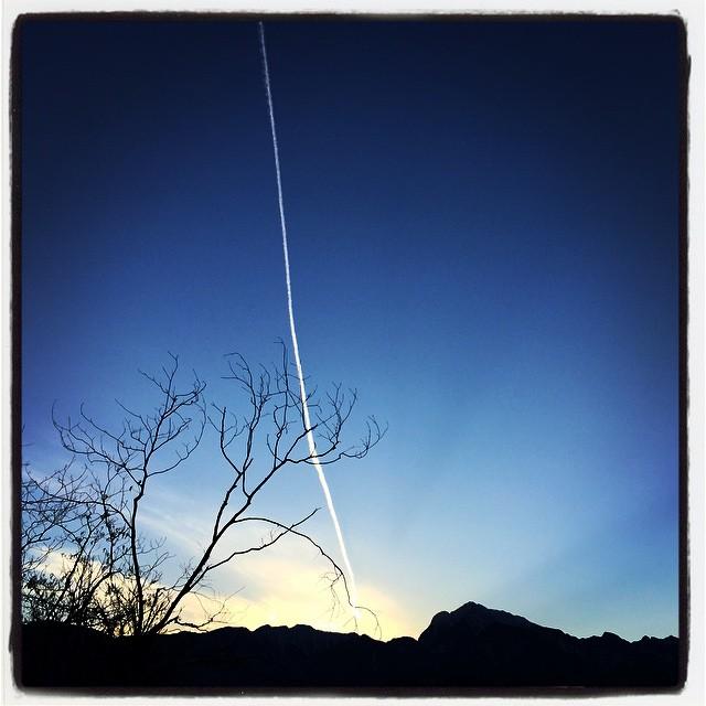 line 今度は ヒコーキ雲が夕陽で光ってました^^