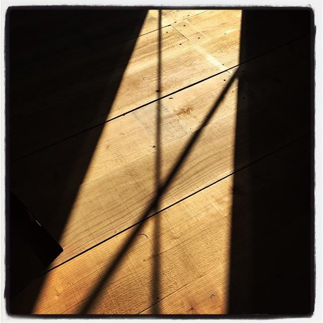 wood floor 陽が差し込むと 木の床もいい感じに^^ あえて 完璧な水平は出さずに 味のある床に仕上がってます^^ ・・・と言うことにしておこう^^;打ちっぱなしのコンクリ床と 暴れる板の床材を扱えるほどの技量は・・ないな^^