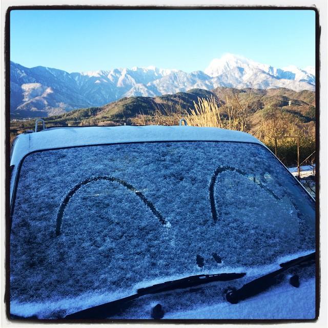 with snow 今朝起きたら うっすらと雪が積もっていた^^ 軽トラのフロントガラスにもうっすらと積もっていたので目と鼻を足してみた^^;