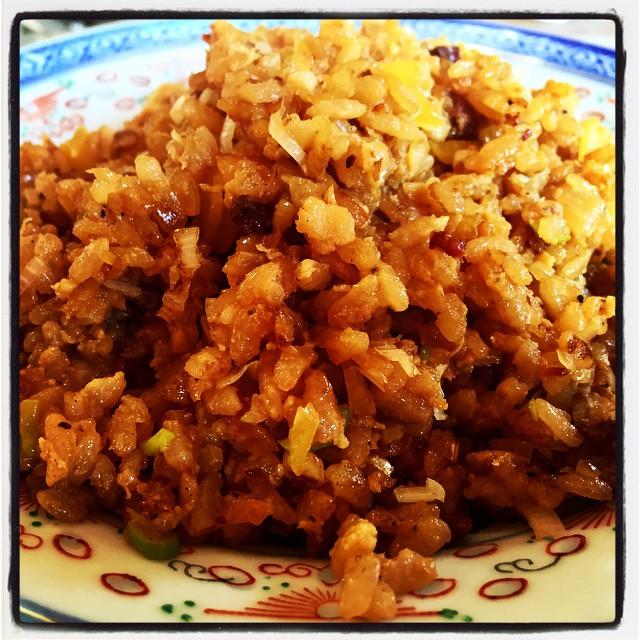 fried rice 残りごはんと タレを仕込んだ後のニンニクやら鴨肉やらでチャーハン^^ 仕込んだタレも使ったので 色的には濃い目の仕上がりに^^ 化学の力を借りずとも 旨味が効いていていいお味^^