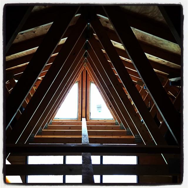 construction 電気配線のために 厨房の屋根裏で格闘中^^; 屋根裏から見える建物の構造が美しい^^ ・・でも狭いので ひとりツイスターゲーム状態です^^;