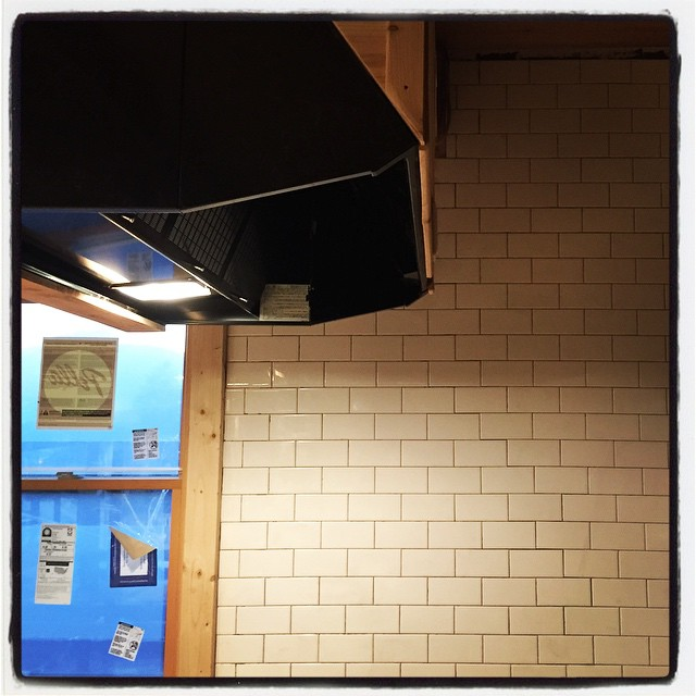 kitchen 厨房の壁面タイルが貼り終わりました^^ なんとなく それっぽくなってきました^^ 電気、ガス、水道が揃ったので 使える体制が整いつつあります^^