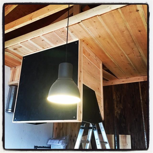 vent fan 厨房まわりも着々と進行中^^ 壁に取り付けた誘引換気扇とは別に コンロの上に吊り下げ式のシロッコファンを施工しました^^
