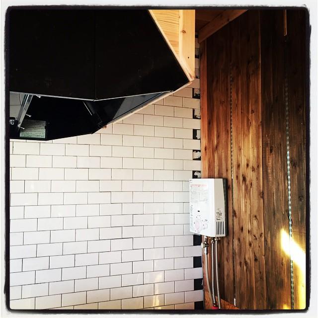 tileキッチン奥の壁面タイルがほぼ貼り終わり^^あとはタイルを半裁して埋め込んで 目地をうてば完成^^ の予定^^; #mountainmountain #nagasakabase