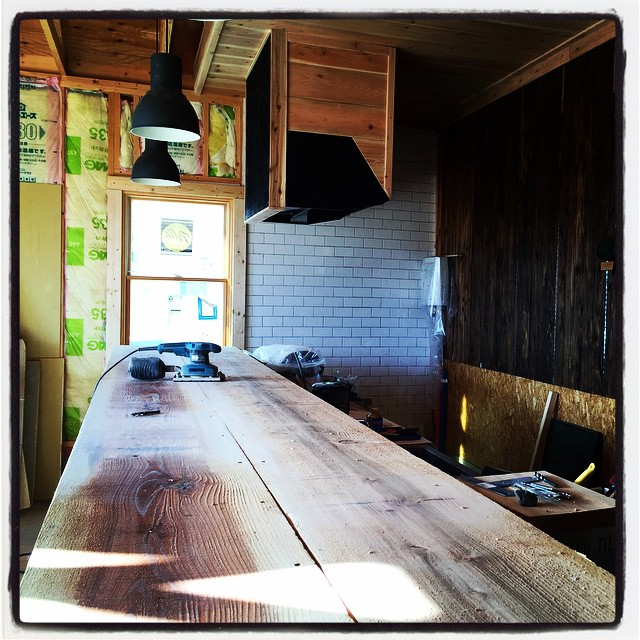 counter mountain*mountain 本日の作業は 細かな木工を大雑把にこなし カウンターの設置作業へ^^ ひたすらサンダーで研磨する作業がまっていましだ^^;もはや全身木屑まみれです^^ #mountainmountain #nagasakabase #セルフビルド #そんなあなたはスパイシー