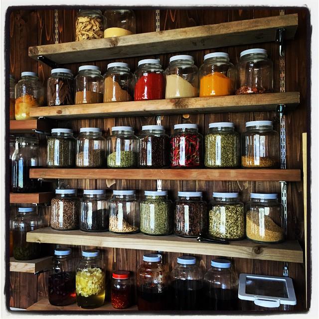 spice キッチンの棚が完成したので 取り敢えず手持ちのスパイスを並べてみました^^ #nagasakabase #mountainmountain #spice #そんなあなたはスパイシー