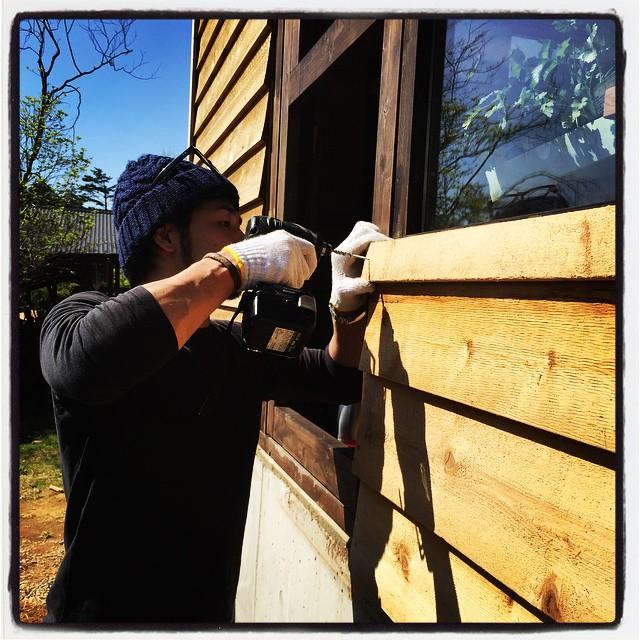 sheathing 今日は 東京から助っ人が来てくれました^^ 南側の窓枠の最後に残っていた外壁を そして昨日取り付けたドアの部分を仕上げてもらっています^^ #nagasakabase #mountainmountain #そんなあなたはスパイシー