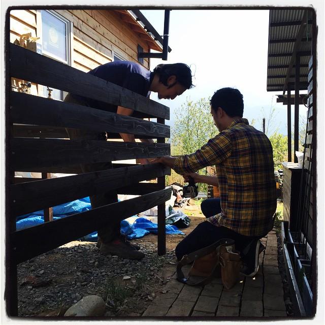 helper 本日も頼もしい助っ人が来てくれました^^ mountain*mountainのファサードとなる フェンスの色塗りと施工をしてもらいました^^ ずっとやりたかったのですが 後回しになっていたので助かりました^^ その後はトイレの内装、板張りの続も施工してもらいました^^ #nagasakabase #mountainmountain #そんなあなたはスパイシー