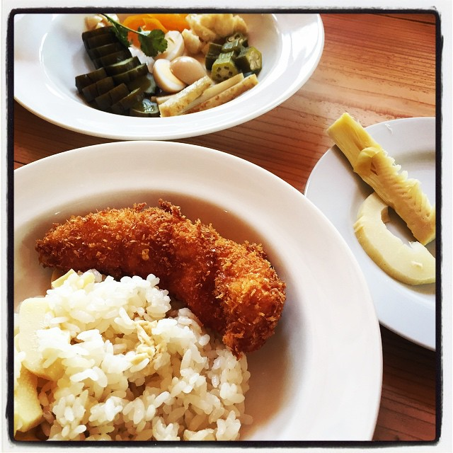 bamboo rice 昨日 もらったタケノコを炊き込み御飯と刺身風に^^冷蔵庫にあった鶏のササミにチーズを挟んでフライに^^あと ピクルスの漬かり具合を確認するための味見^^本日のランチでした^^ #nagasakabase #mountainmountain #そんなあなたはスパイシー