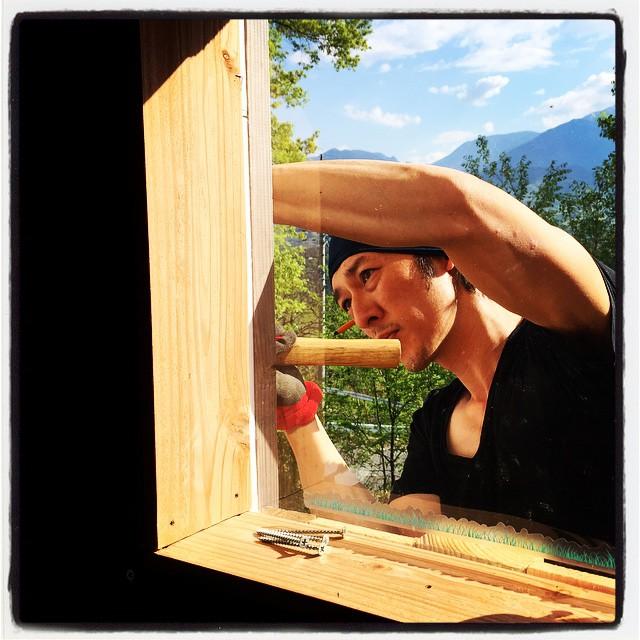master-hand at carpentry 先日に引き続き 今日もヘルプに来てくれました^^トイレ棟の南側外壁を を張ってもらっています^^ただ貼るだけでも大変なのに 今ある廃材を組み合わせて張っているのでなおさら大変なことをオーダーしてしまいました^^; #nagasakabase #mountainmountain #そんなあなたはスパイシー