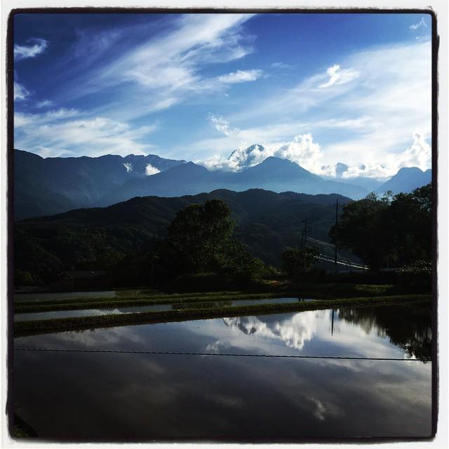 look at one's reflection in the water 水田にも水が張られ 少しづつ田植えもはじまりました^^ 稲穂が伸び揃うまで 水田は鏡のようにアルプスの山々を写し込んでくれます^^ #mountainmountain #nagasakabase #mtmt #そんなあなたはスパイシー