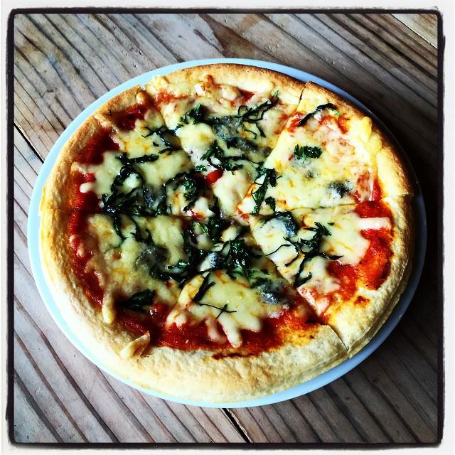 herb & gorgonzola 庭のハーブがいい感じで育ってきた^^ハーブとはちょっと違うが ニンジンやダイコン、カブなども元気がいいので ピザ生地と 先日仕込んだトマトソースとあわせてピザにしてみました^^ 自家製トマトソースとそのへんのハーブとゴルゴンゾーラのピザ^^; 美味しかった^^ #mountainmountain #nagasakabase #mtmt #そんなあなたはスパイシー