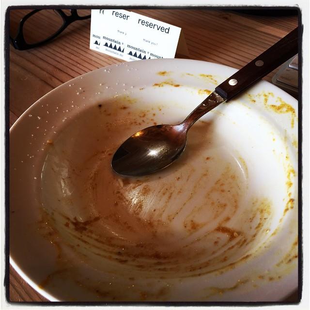 chicken curry ランチメニューに出しているチキンカレー^^写真撮る前に食べちゃいましたので 食べ方のきたないおさらだけ^^; 加えるスパイスの量や配合を微妙に変えています^^ #mountainmountain #nagasakabase #mtmt #そんなあなたはスパイシー