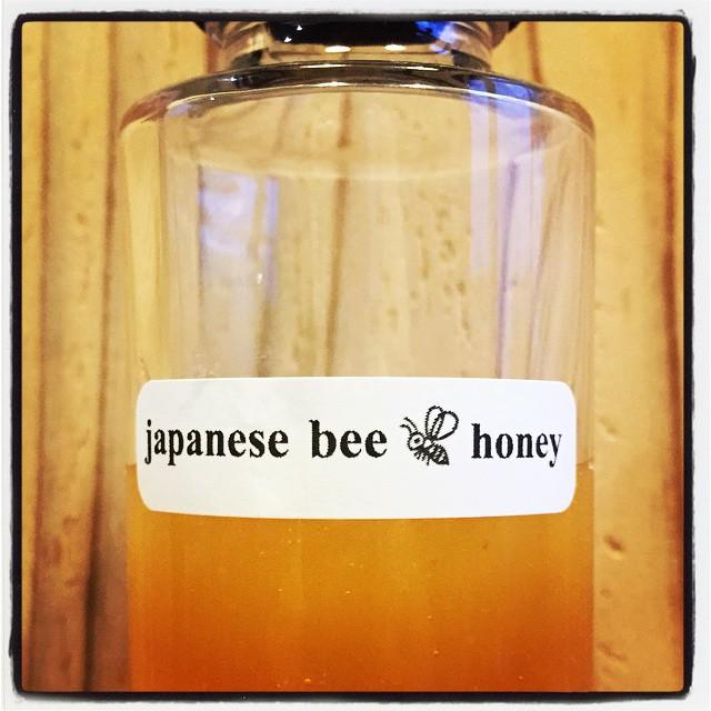 japanese beehoney mountain*mountainのあるnagasaka*baseで採取した 日本蜜蜂の蜂蜜です^^ 八ヶ岳と南アルプスに挟まれた里山で 四季折々の花から集められた百花蜜^^ 年に一度しか採取されない貴重なハチミツです^^ 明日よりmountain*mountainで 数量限定で販売させていただきます^^ #nagasakabase #mountainmountain #そんなあなたはスパイシー