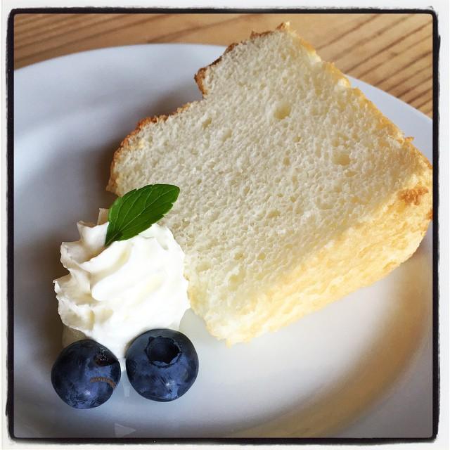 angel hood chiffon cake マサラチャイやコーヒーとともにいかがでしょう^^ 卵白で作ったシフォンケーキです^^軽くて 柔らかな仕上がりで いっぱいのお腹にもやさしいケーキです^^; #mountainmountain #nagasakabase #そんなあなたはスパイシー