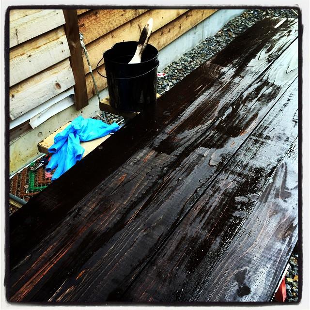 do a painting 久しぶりにペンキ塗り^^ フェンス用の杉板のペンキ塗り^^mountain*mountainのエントランスに設置するための準備です^^ 開店してか 未だ落っこちた方はいませんでしたが 当初の予定通りにフェンスを設置して 植物を這わせる予定です^^ #mountainmountain #nagasakabase #そんなあなたはスパイシー