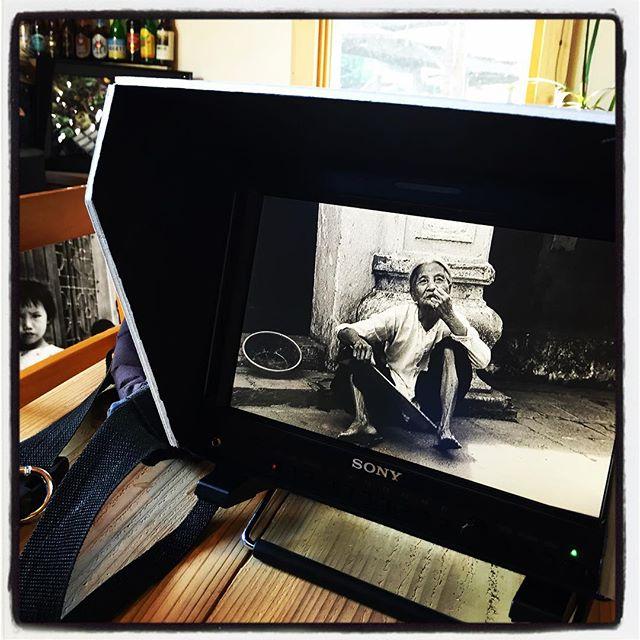 monochrome 先日 テレビ山梨に取材していただいた時の一コマ^^ mountain*mountainの店内になんとなく置いていた20数年前に撮影したヴェトナムの写真も撮影していただきました^^ カメラを通して モニターを通すとまた違って見えて楽しかった^^ 写真もいいが 動画もいいですねと カメラマンと話し 全ての撮影が終わった後にカメラ担がせてもらいました^^ ・・ほしいな^^; #nagasakabase #mountainmountain #そんなあなたはスパイシー #BEEK05