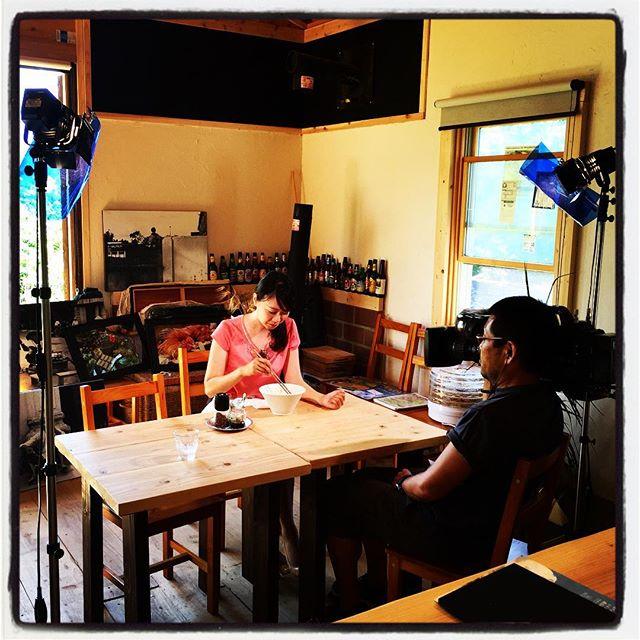 uty テレビ山梨さんに取材していただきました^^ 夏はやっぱりスパイシーということで チキンカレーと汁なし冷やし担々麺を食べていただきました^^ mountain*mountainの料理だけでなく 外観、内装、コンセプトから前職カメラマン時代のことまで取材していただきました^^ 放送は 7月27日夕方 18:30からの ニュースの星 の中で流れるそうです^^ #nagasakabase #mountainmountain  #そんなあなたはスパイシー #BEEK05