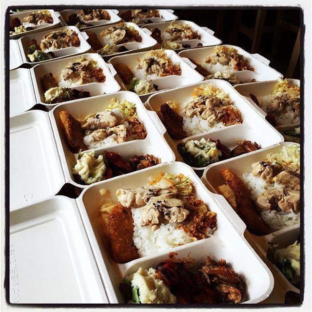 obento 日曜日も 引き続き葡萄収穫の手伝い^^2日目は 収穫した葡萄の選別作業^^ この日は 参加された皆さんのランチも担当させていただき お昼までは弁当作り^^ メニューは・ポテトサラダ・夏野菜のラタ・ソーキ肉の煮込み・白身魚のフリットw タマゴディップ・キャベツのピクルス・カオマンガイ・タイ米 ・ほんのりカレー味のコーンポタージュ・えびせんでした^^ mountain*mountain w/cafe flatでは イベント出店やお弁当、ケータリング、テイクアウトなどにも対応させていただきますので お気軽にお問い合わせください^^ #nagasakabase #mountainmountain #そんなあなたはスパイシー