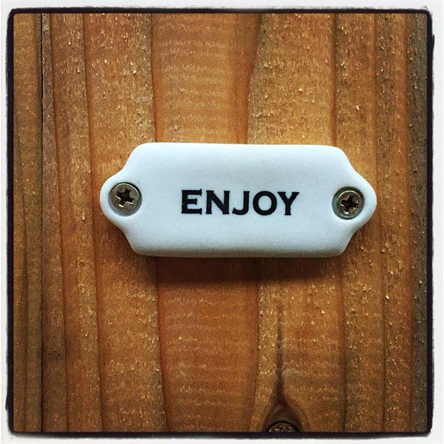 enjoy=toilet mountain*mountainのトイレは外トイレ^^店の出入口のすぐ前の 手作り感満載の木の扉がトイレです^^ 長らくなんの表示もしてなかったのですが この度いい感じのサインを見つけたので 次回からは 「出てすぐのenjoyっがそうで!」と ご案内できそうです^^; トイレも楽しめる空間にしていきたいと思ってます^^ #nagasakabase #mountainmountain #そんなあなたはスパイシー