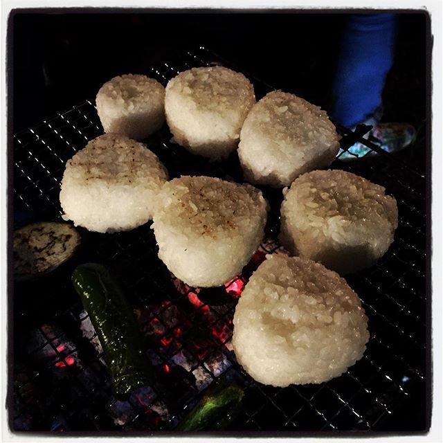 yaki onigiri葡萄収穫のあとに バーベキューをしていただき 最後の〆に 焼きおにぎりを炭火焼^^ 焼くのが美味しい季節がやってまいります^^ #nagasakabase #mountainmountain #そんなあなたはスパイシー
