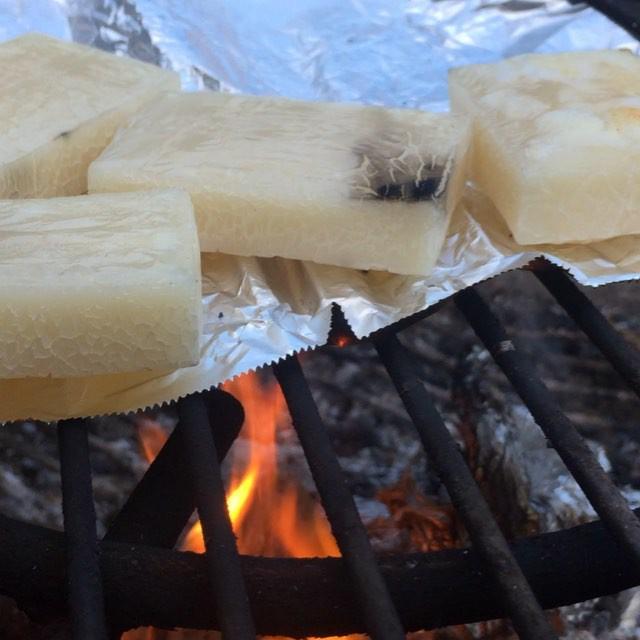 mochi 残り火で餅を焼く^^ いい感じに焼けてきた^^ 夕陽を見ながら餅を食うのもありだな^^; #nagasakabase #mountainmountain #そんなあなたはスパイシー #beek05