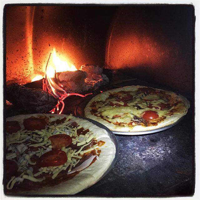 pizza 今夜はバーベキューとピザ^^ 沖縄からの友人が来たので ファイヤーベースで火をおこし ついでにドラム缶ピザ釜でピザを^^ ゴルゴンゾーラとイノシシが本日の具材^^ 今夜は暖かい^^ #nagasakabase #mountainmountain #そんなあなたはスパイシー #beek05