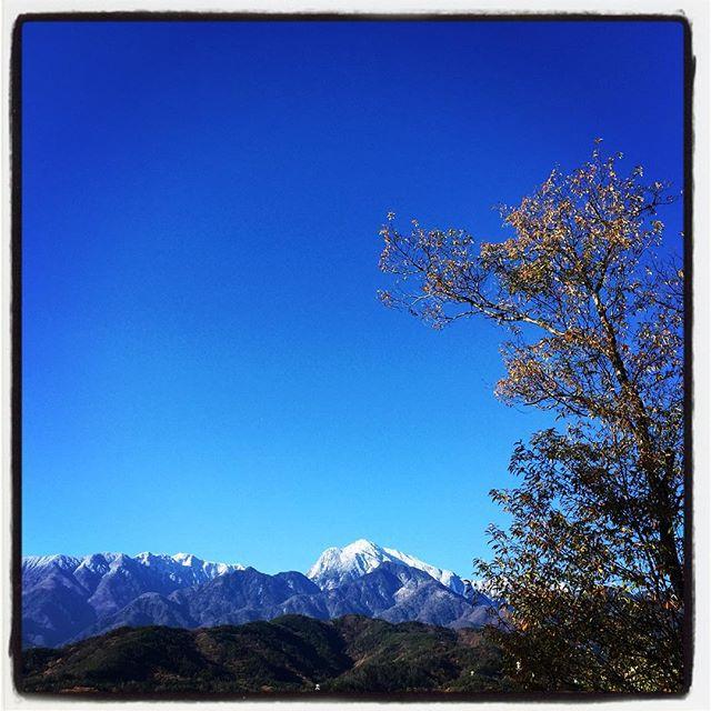 mt kaikoma いちだんと白くなってきた甲斐駒ケ岳^^ 今朝は青空と相俟ってさらに白さが際立ちます^^ #nagasakabase #mountainmountain #そんなあなたはスパイシー