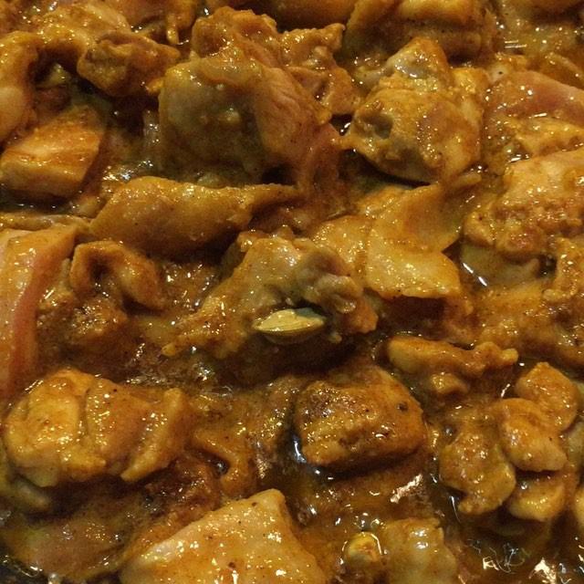 chicken curry バターにスパイスを合わせ 香りをたたせてから 鶏肉にスパイスいろいろと 自家製ガラムマサラ(肉用)を加えていきます^^ #nagasakabase #mountainmountain #そんなあなたはスパイシー
