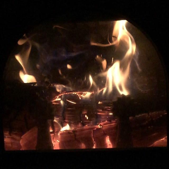 wood-burning stove火ずっと見ていてもあきません^^ 夜 焚き上げておくと 朝も部屋のなかは暖かなので^^ #nagasakabase #mountainmountain #そんなあなたはスパイシー #mountainlife
