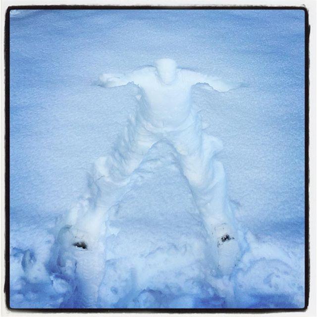 snow man 雪かきにもあきたので 思いきって飛び込んでみた^^ やっぱ 雪降ると一度はやりたくなる^^ そして飛び込んでから思う 杭とかなくてよかった^^; #nagasakabase #mountainmountain #そんなあなたはスパイシー #mountainlife #snowman #snowinghard