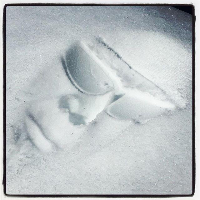 mask 今日も朝から雪かき^^;また夜のうちに少し降ったので^^; 今日も雪かきに疲れたので 顔だけ埋めてみたら death maskのようになってしまった^^; #nagasakabase #mountainmountain #そんなあなたはスパイシー #mountainlife #snowinghard #deathmask