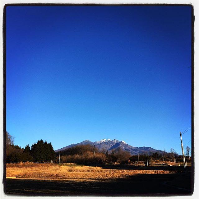 mt yatsugatake 今朝もいい天気^^ 何時もならこの時期はもうまっ白な八ヶ岳なのですが 今年はうっすら^^; #nagasakabase #mountainmountain #そんなあなたはスパイシー #mountainlife