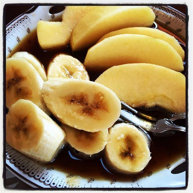 drop りんごとバナナの珈琲漬け^^; 珈琲カップを派手に倒したら机とお皿がこんな感じ^^; ほろ苦い朝でした^^; #nagasakabase #mountainmountain #そんなあなたはスパイシー #mountainlife #コーヒーこぼした