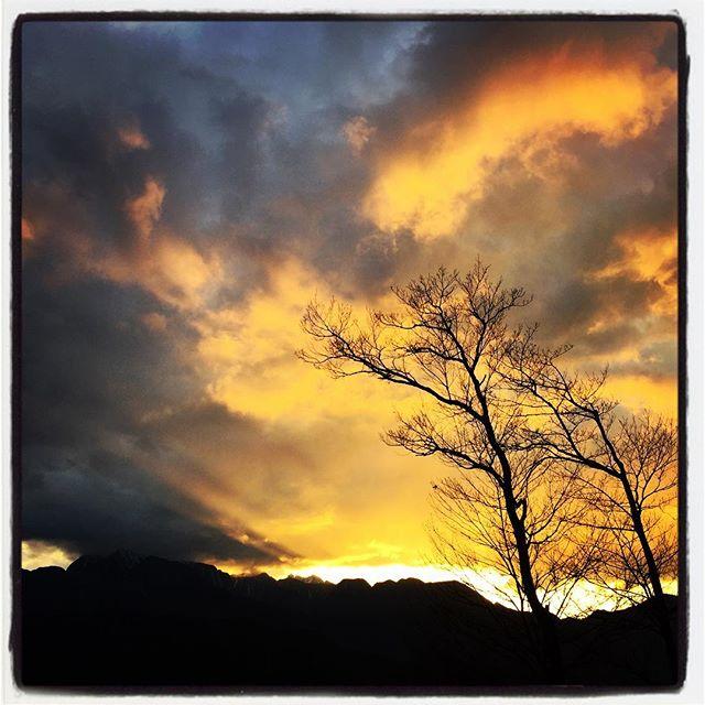sunset view雲間をぬっての夕焼けがいい感じに染まっています^^ #nagasakabase #mountainmountain #そんなあなたはスパイシー #mountainlife
