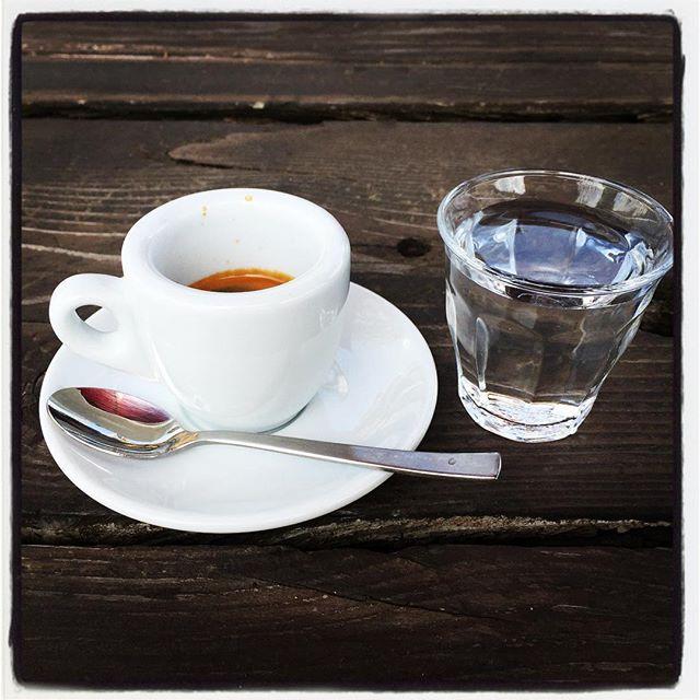 espresso 前回イベントで一緒になった 原村のmanboさんでコーヒータイム^^ エスプレッソとマフィンにビスケットと^^ うちの看板も小さいが manboさんも小さい^^; #nagasakabase #mountainmountain #そんなあなたはスパイシー #mountainlife #espresso #manbo