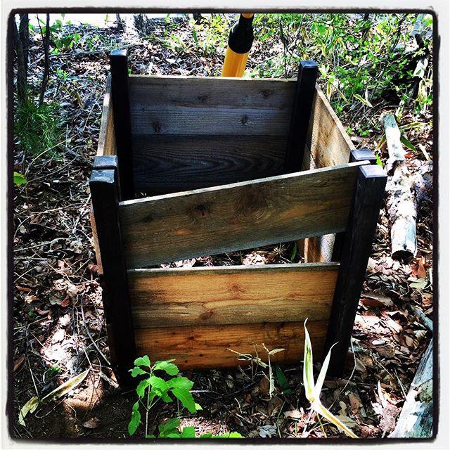 compost 敷地のはずれにコンポスト^^ 廃材と角杭で 簡単にシンプルに^^前面だけは 取り外して 中を出しやすくしてみましたが 少々大きかったか^^; #nagasakabase #mountainmountain #そんなあなたはスパイシー  #mountainlife #compost