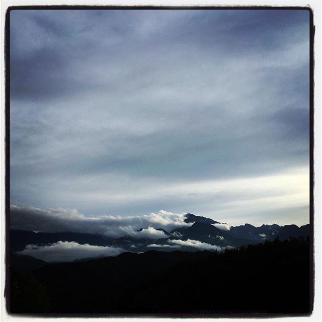kaikoma ずっと降り続いていた雨がやっと上がって夕方やっと甲斐駒ヶ岳が頭を覗かせた^^ 本日は ヴェトナム時代にお世話になった方がお仲間とランチにいらしてくださったので 特別営業^^ ・八ヶ岳産野菜のサラダとえびせん・タイ式さつま揚げ・八ヶ岳ジビエ・イノシシのスパイシーケバブwアスパラと長芋のハープソルトグリル・八ヶ岳ジビエ・イノシシのフォー・タイ式カレーそんな感じで^^ 食事中 残念ながら山は見えませんでした^^; #mountainmountain #nagasakabase #そんなあなたはスパイシー #mountainlife #八ヶ岳ジビエ #gibier