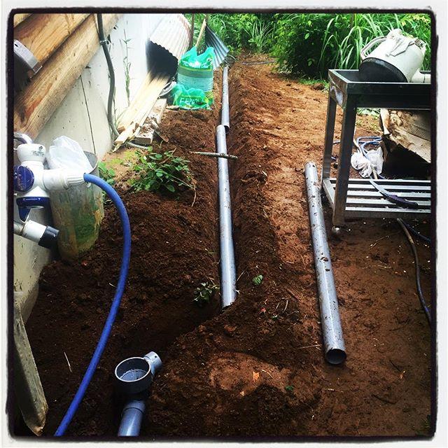 lay a drain pipe 母屋の外水栓を弄ってます^^ 排水管を地中に埋め込み 流れた先は砂利で処理したマスに^^ 中古の厨房用のステンの流しを ヤフオクで手に入れたので 出来ればいい感じに仕上げたい^^ #nagasakabase #mountainmountain #そんなあなたはスパイシー #mountainlife