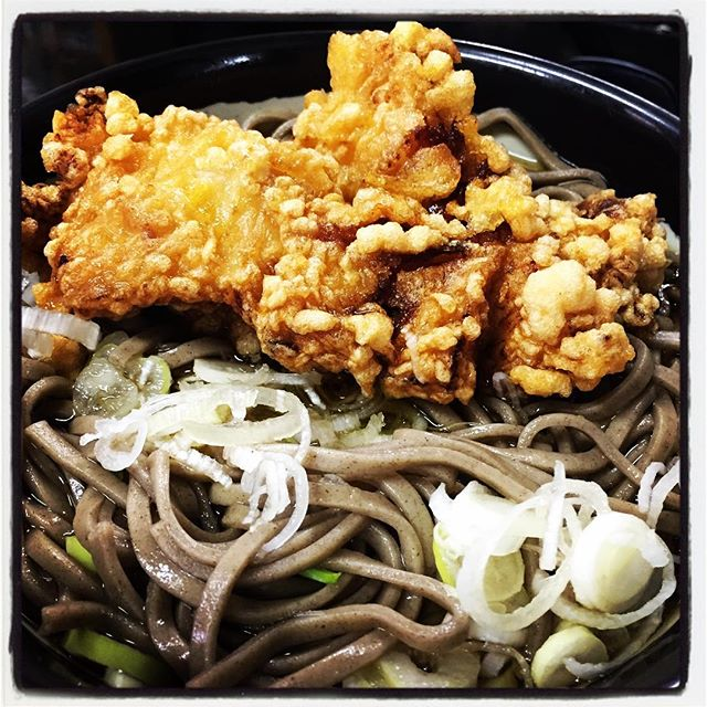 sanzoku soba 今日もランチタイムに沢山の方にご来店いただき 何組かはお断りしてしまいました^^; ご飯がよく出る日で 追加 追加で炊きました^^; お昼は何も思いつかなかったので 長坂駅の駅蕎麦へ^^ 以前はカレーとラーメンの店で 駅蕎麦なら良いのにと言っていたらいつの間にやら^^いざ出来るとなかなかいかないもので^^; 山梨の駅蕎麦の定番?は 鶏モモ一枚丸ごと唐揚げにしたものがのっている 山賊蕎麦^^味もコスパも良い一品^^ 先週 mountain*mountainのデッキ基礎を掘っていたら 土埃かぶりすぎて 右耳が外耳炎^^; 点耳薬とかもらったので さしているのですが 冷たいままさすと 三半規管がかーるく麻痺すので 今日はフワフワしたままの営業でした^^; #mountainmountain #nagasakabase #そんなあなたはスパイシー #mountainlife #soab #蕎麦 #山賊蕎麦