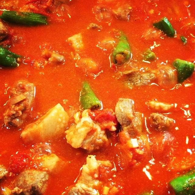 karahi アフガニスタンなどで食される鍋料理^^ 本来は 羊の肉で作るのですが 今回は八ヶ岳で獲れたイノシシで^^ 羊肉は肉も美味しいのですが その脂も美味^^イノシシとはそこが共通点^^イノシシも 肉はシッカリしていて 脂は甘く美味^^ 味付けも 肉の下味以外はシンプルに^^ ワイルド感を出すために お肉は若干歯応えのある部分を使ってます^^ #mountainmountain #nagasakabase #そんなあなたはスパイシー #mountainlife #karahi #八ヶ岳ジビエ
