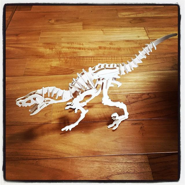 dinosaur 百均の恐竜^^; 組み立てたら恐竜に^^結構楽しいし 結構なクオリティ^^ このままコンパネにスケールアップしたら面白そう^^ いつかやろう^^; #nagasakabase #mountainmountain #そんなあなたはスパイシー #mountainlife #dinosaur